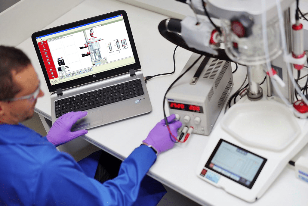 A chemist using the Atlas PC Software to automate their chemistry