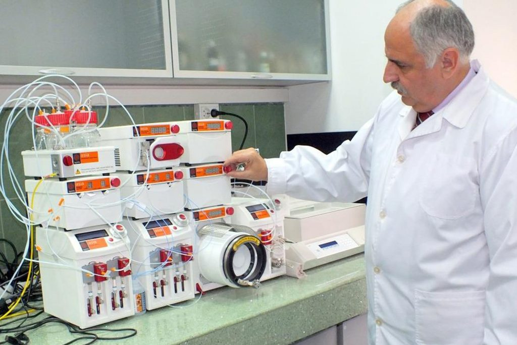 A chemist at ICECHIM using a Syrris Asia flow chemistry system
